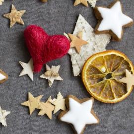 Zimtsterne und Herz: Frohe Weihnachten